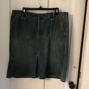 Denim skirt w/ front pleat and wide side pockets